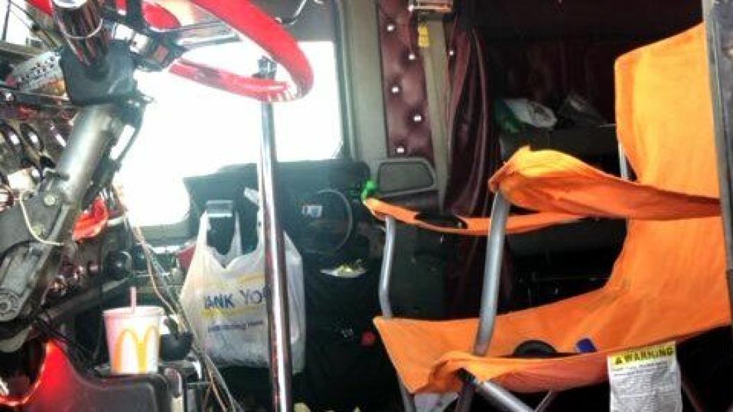 Det blir farlig dersom denne campingstolen klapper sammen eller velter under kjøring.