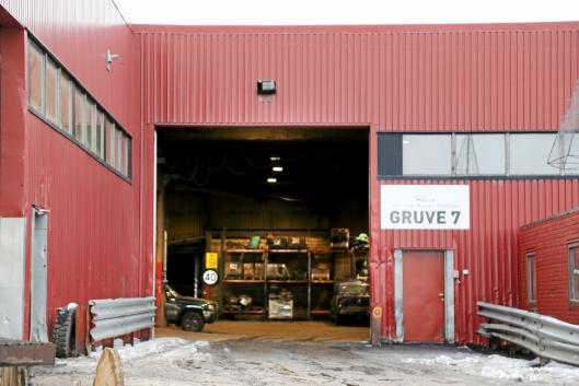 GRUVE 7: Inngangen til verkstedet, og innenfor verkstedet igjen er inngangen til selve gruven. Og flere km lengre inn hentes kullet ut.