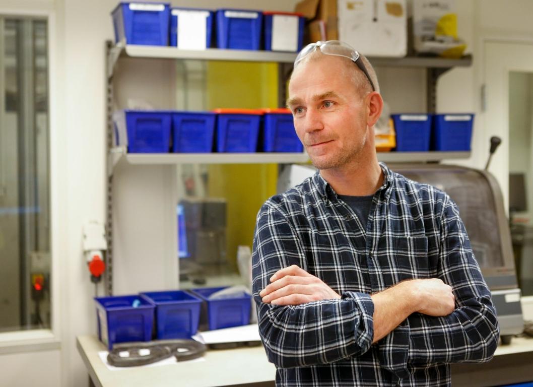 FAST GREP: Nøsted etterlater ingenting til tilfeldighetene. Utviklingssjef Hans Svindland og hans stab har full kontroll på egenskapene til råmaterialet og understøtter det med robuste produksjonsprosesser. På laboratoriumet i Mandal forsker, kontrollerer, tester og utvikler de kontinuerlig.