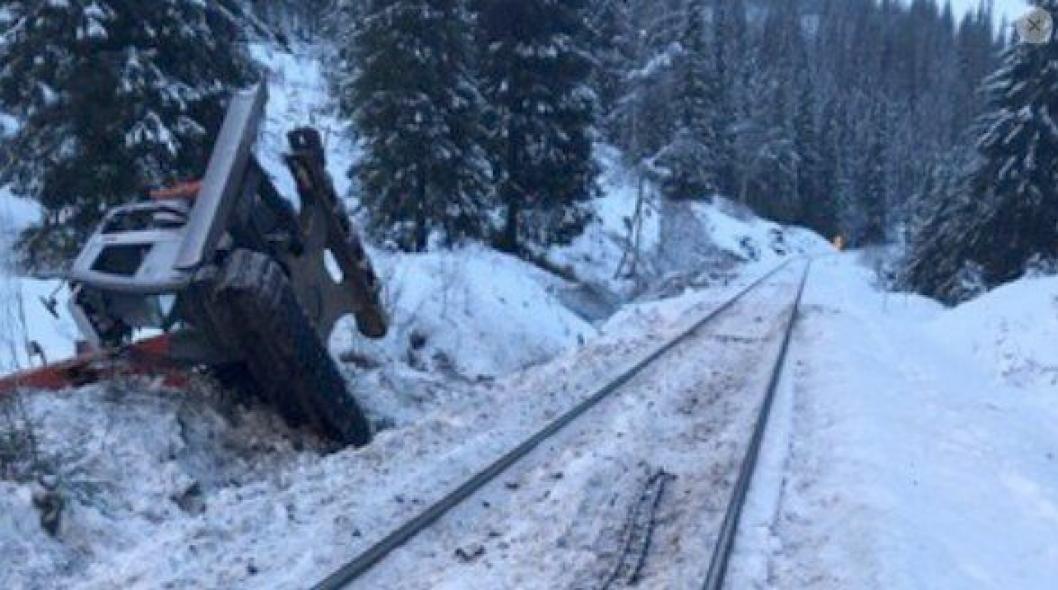 Denne gravemaskinen ble påkjørt av et godstog ved Storforshei i Nordland lørdag 7. desember. Maskinføreren omkom.