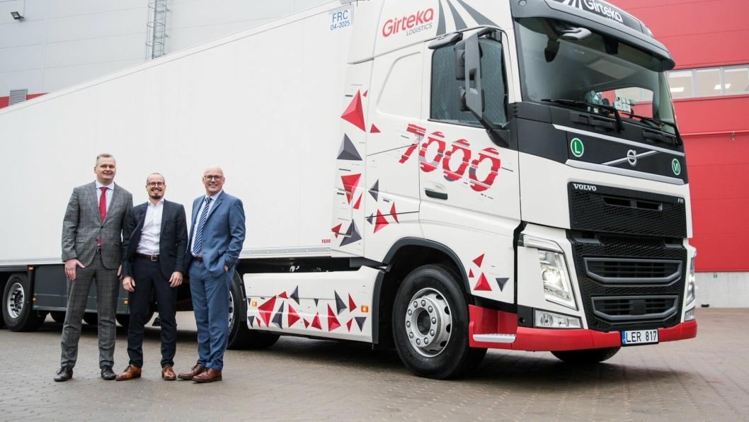 En overlevering av en Volvo FH markerte at Giretka Logistics nå har 7000 lastebiler. Fra venstre: Mindaugas Paulauskas (transportsjef hos Girteka Logistics), Jarkko Aine (adm. direktør hos Volvo Trucks Litauen) og  Kristian Kaas Mortensen (leder for strategiske partnerskap hos Girteka Logistics).