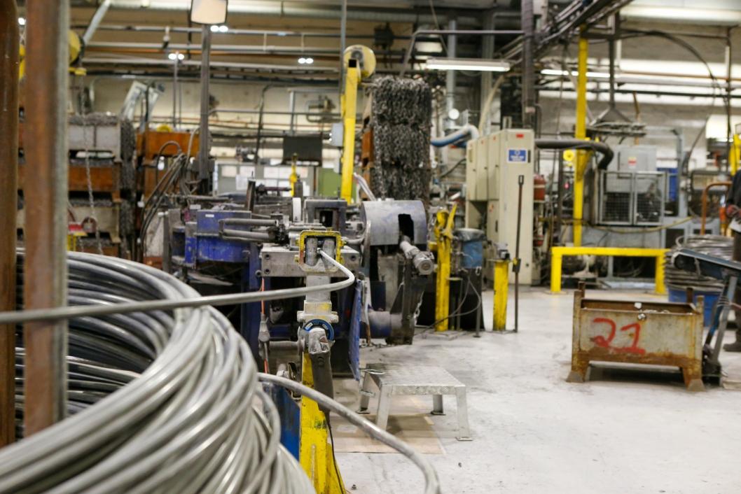 HJØRNESTEINSBEDRIFT: I denne fabrikken i Mandal har Nøsted produsert kjetting i 80 år. Med sine 75 ansatte er Nøsted en hjørnesteinsbedrift i Sørlandsbyen.Trygg kjetting er i dag den eneste norskproduserte kjettingen på markedet.