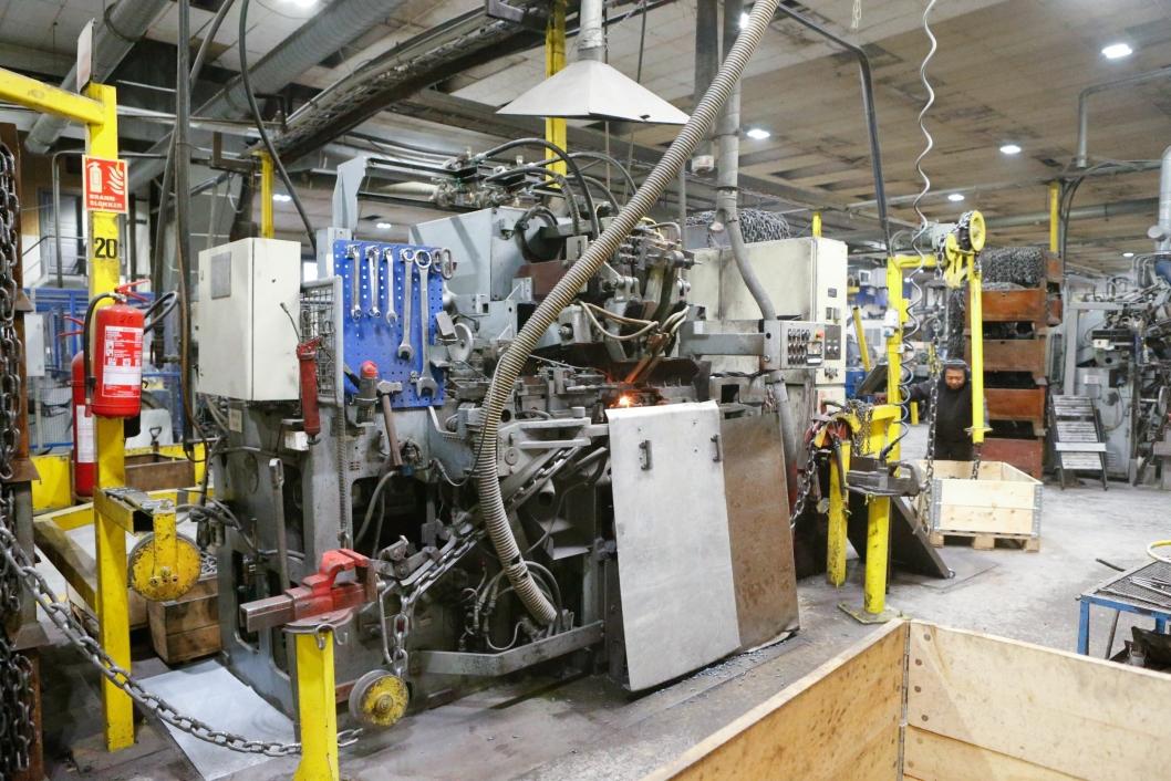 ROBUST: Nøsted har stålkontroll på kvaliteten. Rundt det, robuste produksjonsprosesser. Her sveises kjettingen på fabrikken i Mandal.