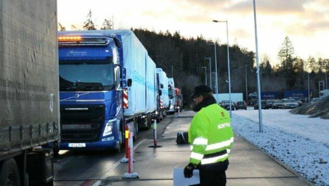 Samferdeselsministeren og hans følge ba Vegvesenet om å stoppe all tungbiltrafikk som kom inn over svenskegrensa på E6. De ville se effektene av en slik praksis. Det tok ikke lang tid før dette førte til kø et godt stykke ut på E6.