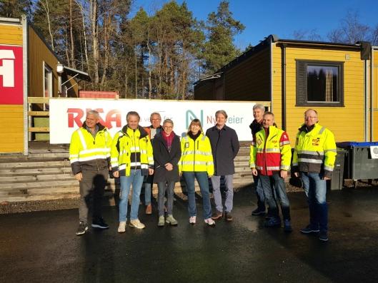 Representanter fra Nye Veier og Risa AS som deltok på ledelsebefaringen i strålende solskinn.