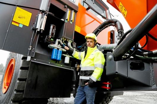 BAKKENIVÅ: Anders Nordli på teknisk support i Rosendal Maskin sier alt bak lukene kan nås fra bakkenivå.