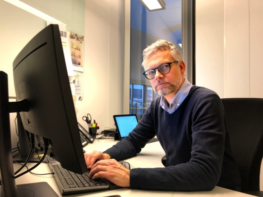 Kjetil Wigdel har kontor i Lillehammer i dag. Det skal han fortsatt ha når han bytter jobb, fra Region Øst til den nye Trafikant- og kjøretøyavdelingen i Statens vegvesen.
