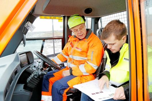 OPPLÆRING: Maskinfører Israpil Albakov får opplæring av Anders Nordli i Rosendal Maskin AS.