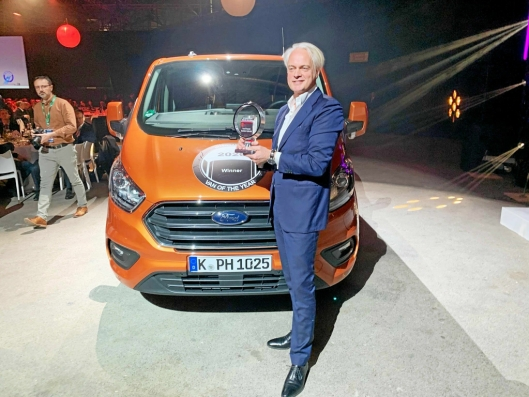 Hans Schep, daglig leder for nyttekjøretøy i Ford Europa mottok beviset på at Ford Transit Custom hybrid kan smykke seg med tittelen International Van of the Year 2020.