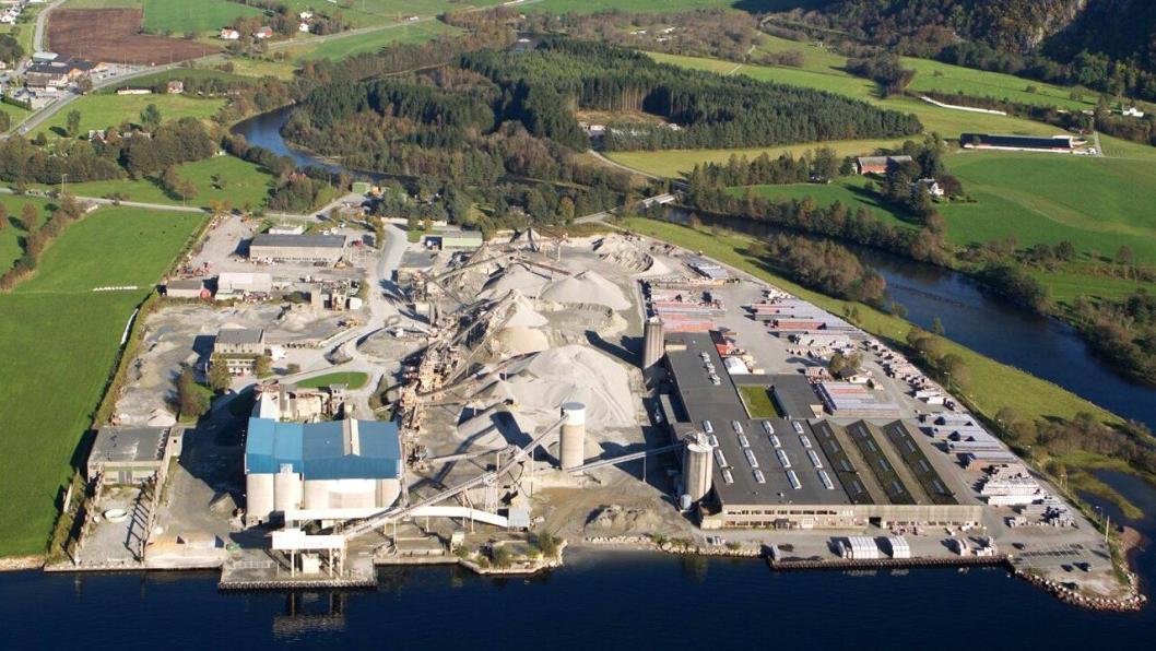 Permitteringer og nedbemanning rammer hovedkontoret i Stavanger, og spesielt anleggene i Årdal (bildet) og Grenlandsregionen.