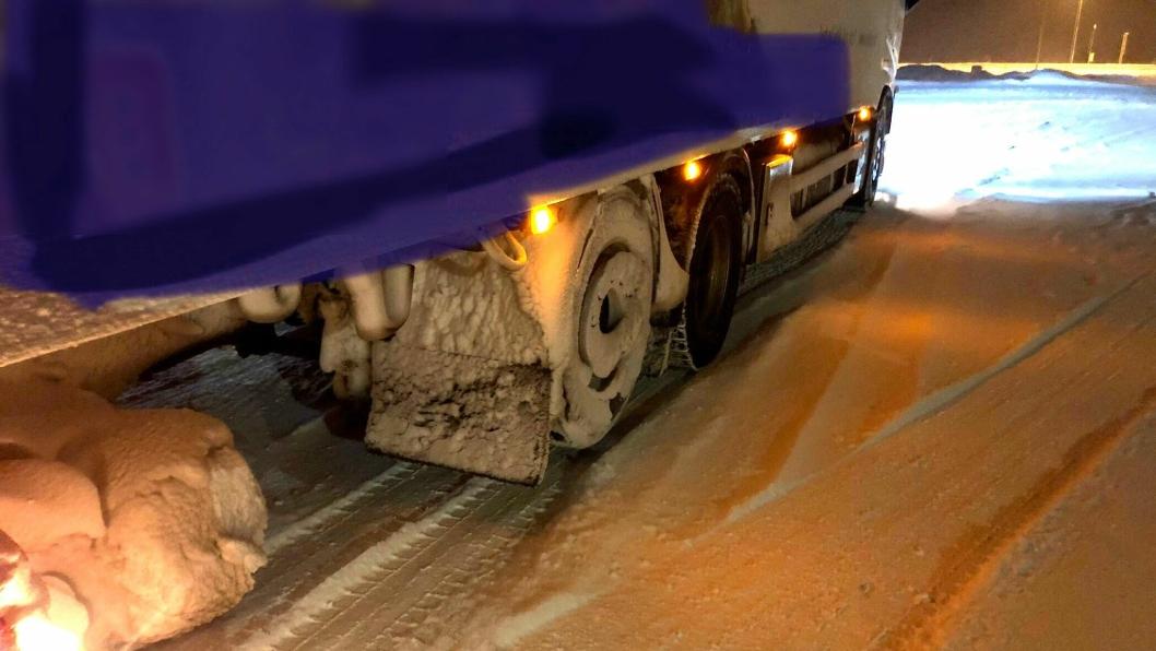 Snøen på hjulet på den løftede akselen, viser at er kjørt en stund med akselen løftet.