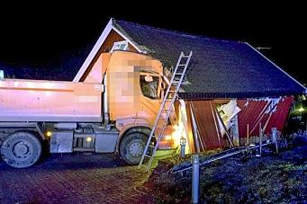 Lastebil krasjet i garasje med stor kraft