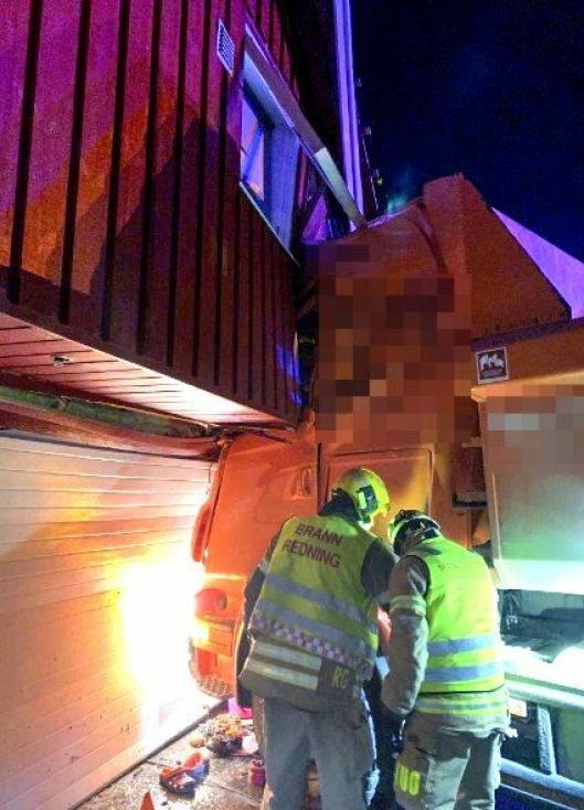 Sammenstøt mellom lastebil og garasje i Skjeberg i Østfold tirsdag ettermiddag.