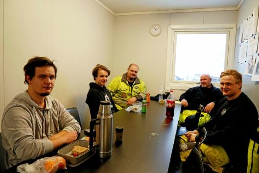 Dette var ikke dette Damjan Ratalewski (fra venstre), Marcus Johnsen Vikeby, Stefan Blomberg, Odd Arne Larsen og Bjørn Aleksander Siggerud ønsket å bruke arbeidsdagen til.