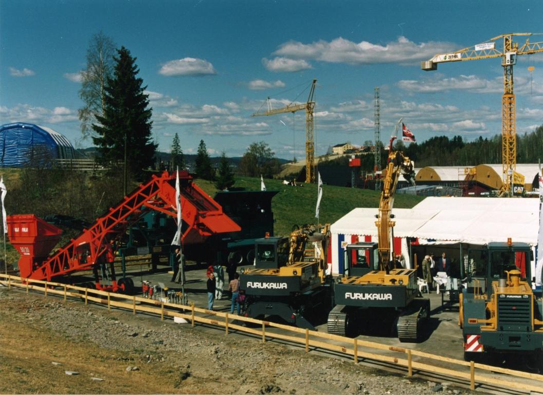 SVUNNE TIDER: Ankerløkken med utstilling av utstyr på Hellerudsletta på 80-tallet. I bakgrunnen et mobilt knuseverk, og til venstre et Finlay sikteverk. (Foto: Ankerløkken)