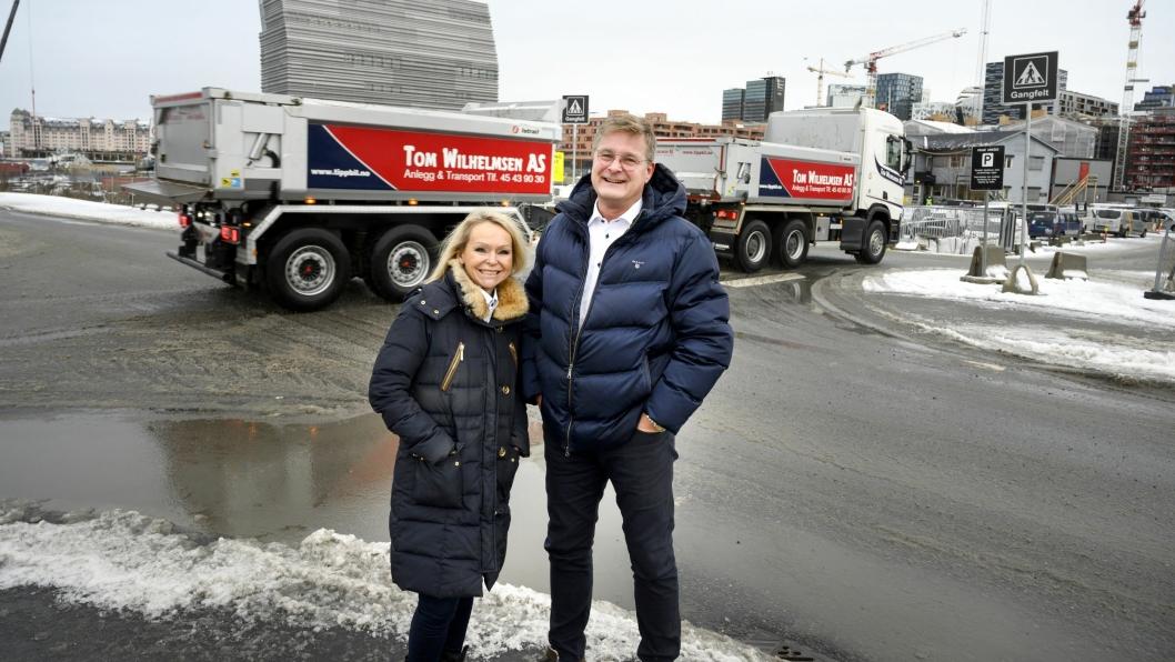 SPENTE: Gro og Tom Wilhelmsen er spente på når de kan få den aller første helelektriske tippbilen i drift i Oslo.  Som her på Sørenga.