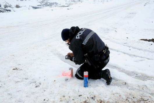 Politiet samler sport etter at tyvene stjal masse utstyr natten før.
