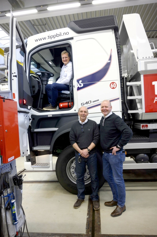TRE: Planen var at Renault-selger Ståle Kvebæk (t.h.) skulle levere to biler, mens Volvo-selger Bent Sverre Isaksen skulle levere en elektrisk tippbil til Tom og Gro Wilhelmsen. Nå blir alle tre Volvo'er.