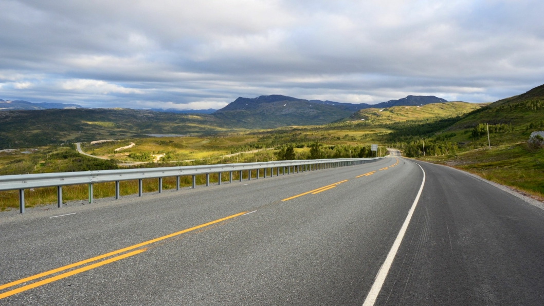 Kvænangsfjellet deler Norge når veien er stengt. Vinterstid skjer det relativt ofte. Nå planlegger Nye Veier å bygge tunneler som skal bedre fremkommeligheten over fjellet vinterstid, i tillegg til å utbedre veien.