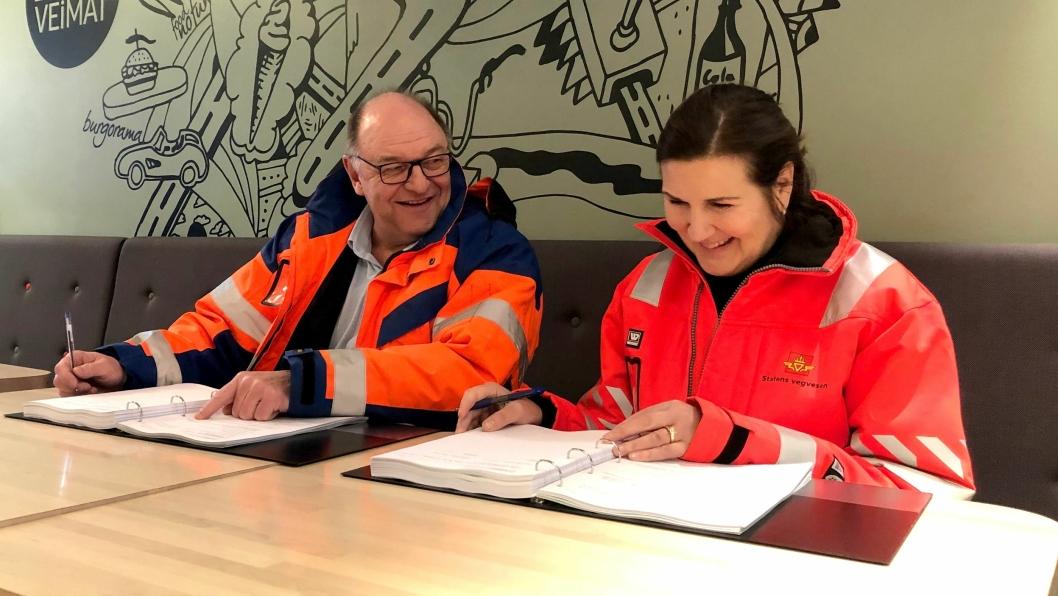 Steinar Myhre (konserndirektør med ansvar for anleggsvirksomheten i Skanska Norge) og vegdirektør Ingrid Dahl Hovland signerte kontrakten på E16 Åsbygda - Olum