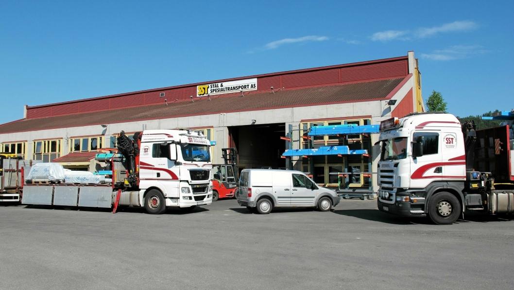 Bilde fra sommeren 2016, da Stål & Spesialtransport AS startet drift ved egen terminal for byggevarer på Rudshøgda i Ringsaker.