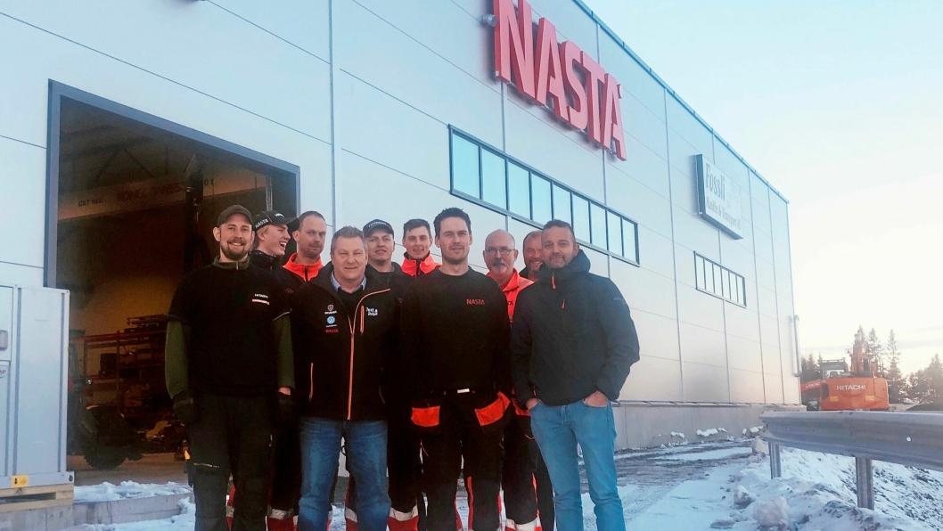 JULSTEMNING: Noen av de ansatte ved Nastas nye avdeling i Trøndelag. Serviceleder Ola Morten Fuglem (nr. 2 fra venstre) sier dette er en skikkelig julegave til de ansatte.