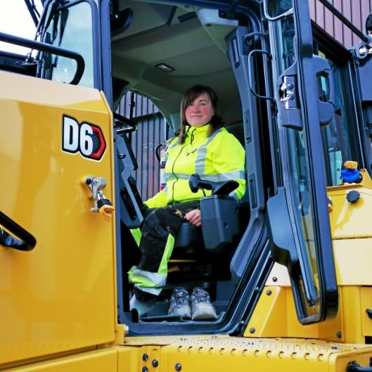 MASKINFØRER: Marianne Lillevik skal kjøre den nye Cat-dozeren. Hun får veldig skryt av sjefen, og den forrige maskinen hun kjørte holdt seg meget godt i pris.