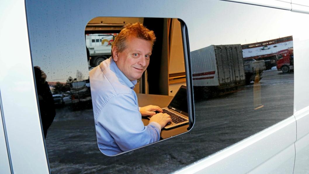 KONTORET: Bjørn Enger kan sitte og utføre kontorarbeid i en MAN TGE 3.180 4x4 når han er ute på rundreiser for å selge MAN-kjøretøy.
