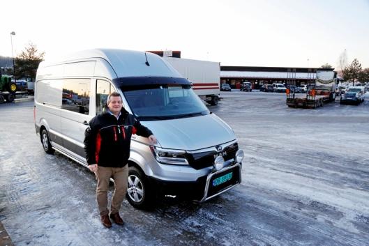 LASTEBILMANN: Bjørn Enger kommer fra en lastebilfamilie, og han lever av å selge MAN-lastebiler. Her er han ved sitt rullende kontor og hotell.