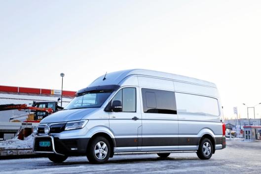 Selger Bjørn Enger i MAN Truck & Bus Norge AS på Rudshøgda har fått bygget om en MAN TGE 3.180 4x4 til rullende kontor og hotellrom. Vi traff han 18. desember 2019. Foto: Klaus Eriksen