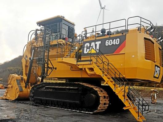 Titania trengte raskt en ny 400 tonns forgraver, og fikk tak i en Cat 6040 FS som sto i Dortmund og trolig var avbestilt. I desember 2019 var maskinen i gang, og nå skal den få Trimble Earthworks maskinstyring.