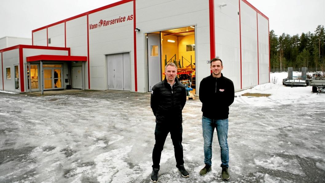 Per Eivind Braaten (t.v.) og Bjørnar Frydenhaug foran SMPs nye hovedkvarter på Hensmoen med 700 m2 stort bygg og god utelagringsplass på den 6 mål store tomta.