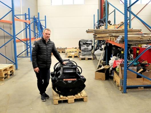 NYTT: AT.no var på besøk to dager etter innflyttingen, og reoler og utstyr var ikke kommet på plass i lagerhallen. Her SMPs daglige leder Per Eivind Braaten med et nytt produkt, tømmerklype fra svenske Intermercato.