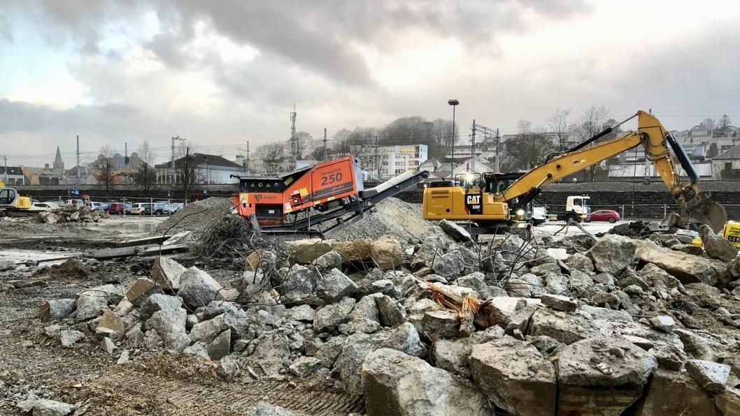 EN Entreprenør AS rev den gamle YX bensinstasjonen i Sandnes sentrum i desember 2019. Her ble armert betong kvernet opp direkte på byggeplassen med en Impaktor 250.