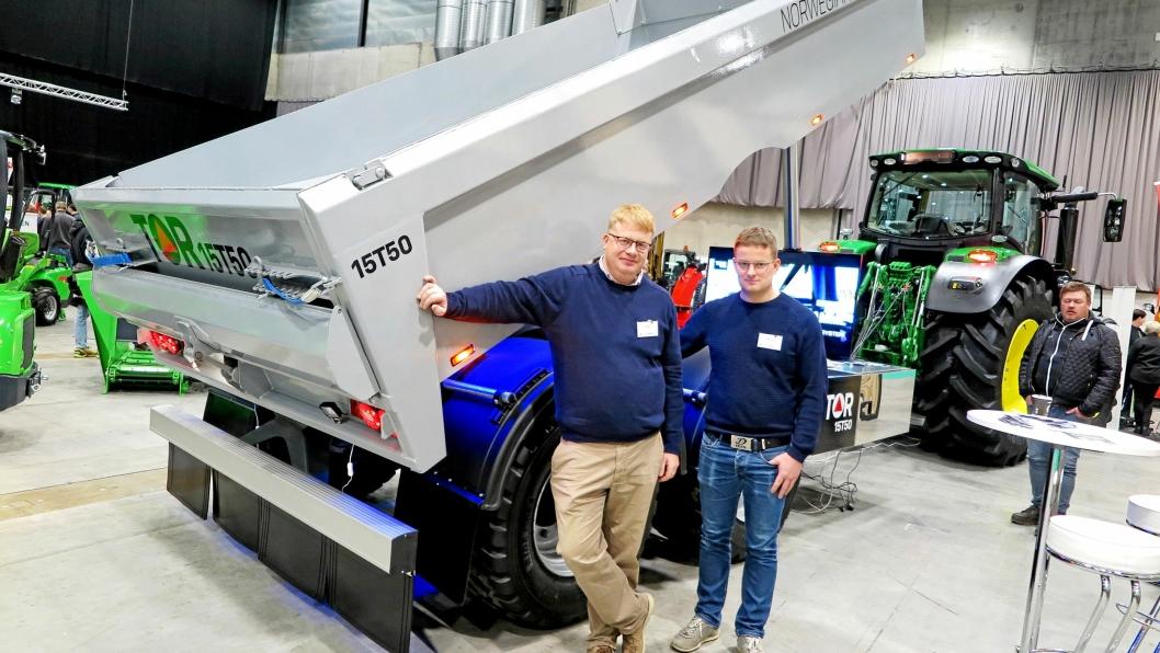 PREMIERE: Terje Vang (t.v) og prosjektleder Stig Hogstad viste TOR 15T50 på Felleskjøpets utstilling Bedre Landbruk 2019 i november.