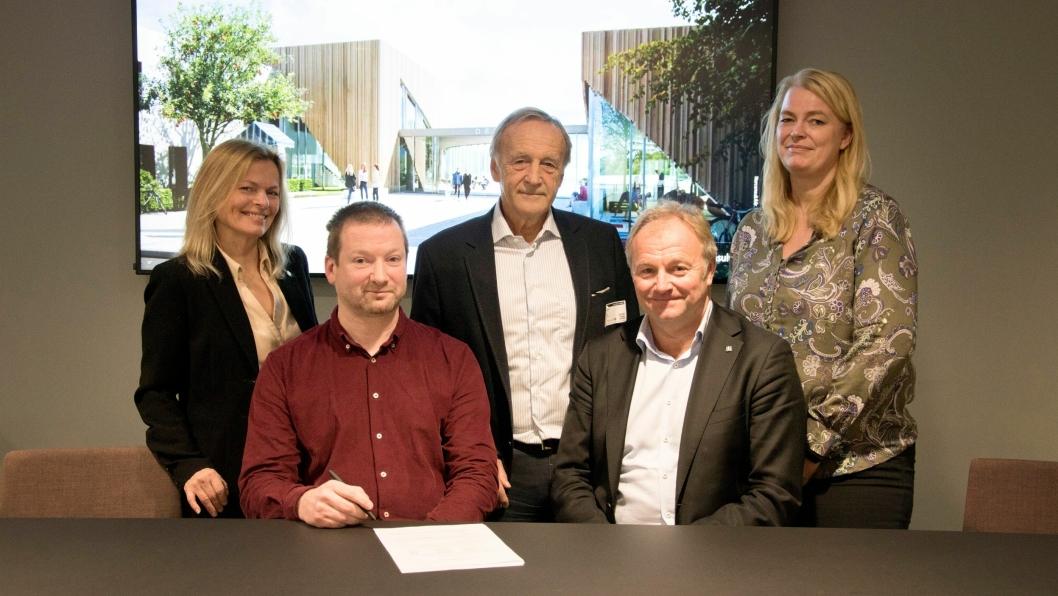 SG arkitektur blir en del av Norconsult. F.v: Kate Holm, Ove Mork, Per Christian Gomnæs (ekstern rådgiver i forbindelse med prosessen), Bård Sverre Hernes og Thora Heieraas.