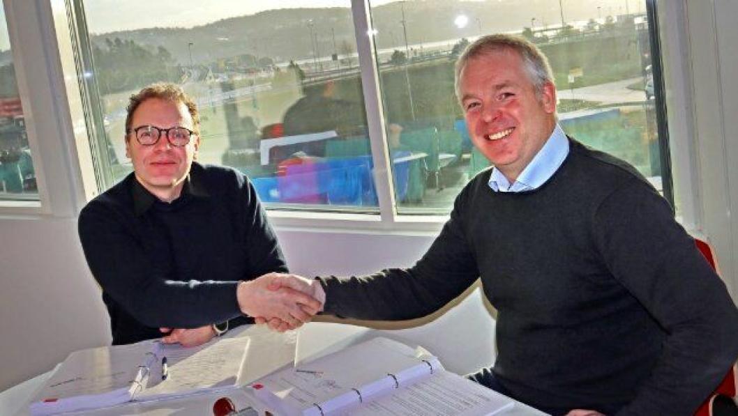 Kontrakten på 106,9 millioner kroner ble signert av anleggsdirektør Bjørn Velken hos Kruse Smith Entreprenør AS (t.h.) og Jan Helge Egeland, prosjektleder i Statens vegvesen. I bakgrunnen skimtes Varoddbrua og E18 like før Haumyrheitunnelen.