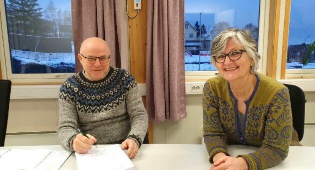 Daglig leder Svein Nydal fra Nydals Maskinstasjon AS og prosjektleder Trine-Lise W. Fossland i Statens vegvesen signerte kontrakten mandag 30. desember.