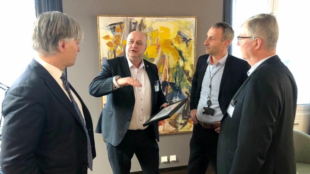 Vegvesenet og Skanska informerte klimaminister Ola Elvestuen (t.v.) om bærekraftig veibygging da de var på hans kontor for å motta Ceequal-sertifikat.
