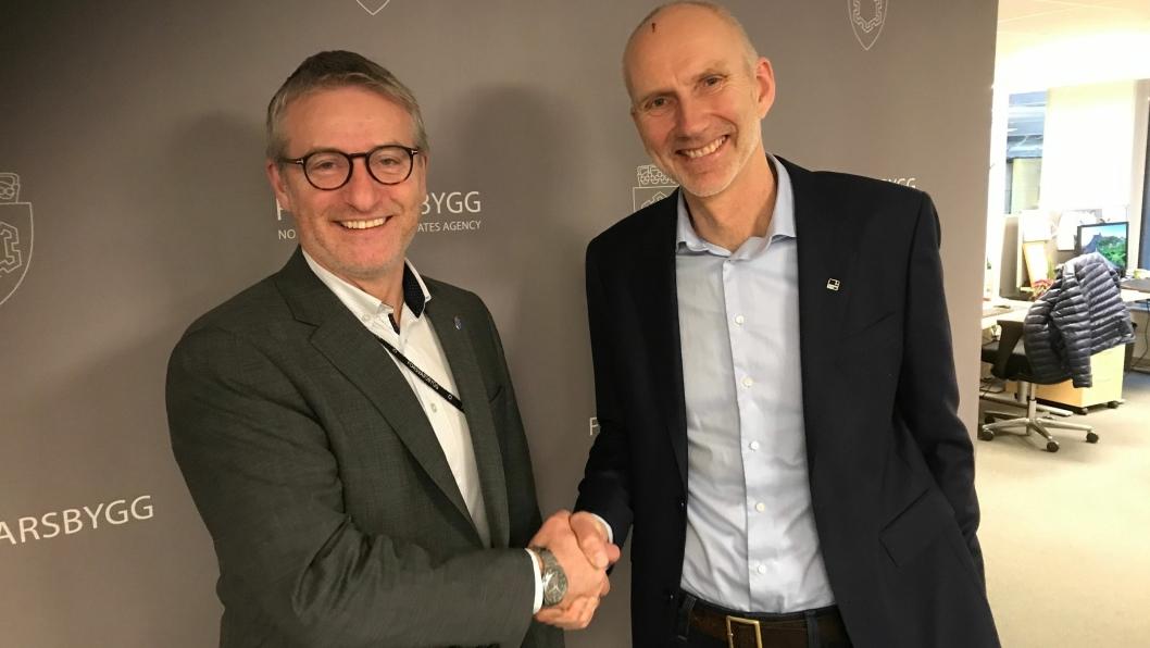 Direktør Thorbjørn Thoresen i Forsvarsbygg (t.v.) og konserndirektør Hans Olav Sørlie i Veidekke Bygg.