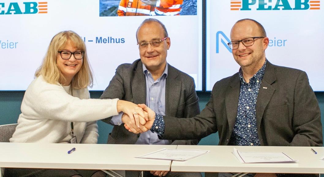 Kirsti Larssen (direktør Forretningsutvikling, Cowi), Johan Arnt Vatnan (prosjektdirektør, Nye Veier) og Johan Hansson (adm. direktør, Peab anlegg) signerte avtalen.