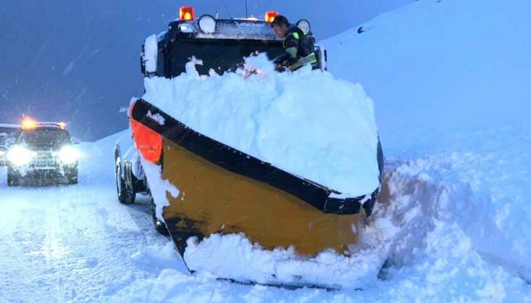 Slik så det ut da brøytebilen var trukket løs fra snøraset på E69 i Nordkapp kommune i Finnmark.