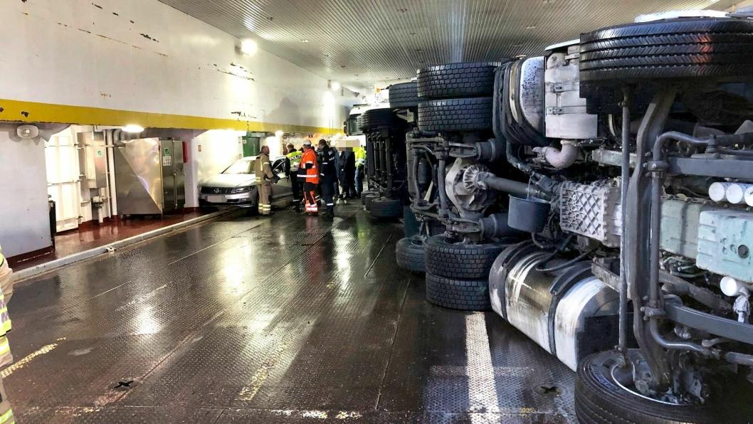 Seks personbiler og to tungbiler ble skadet under overfarten med Bastø 1. Sjåføren av vogntoget som veltet betegnes som lettere skadd. Ingen andre skal være skadet i hendelsen.