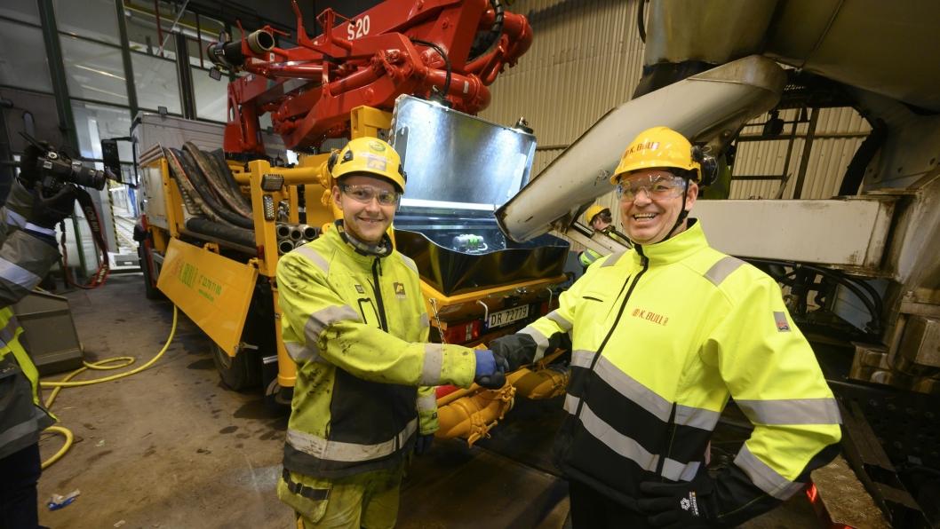 ENDELIG: Det er merkedag for Kent Bull (t.h) når det renner betong over i pumpebilen på elektrisk drift som Magnus Johansens (t.v.) kolleger skal støpe.