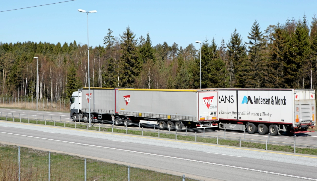 Nå kan man kjøre «vanlige» vogntog med opp til 24 meters lengde og 60 tonn totalvekt på modulvogntogveinettet i Norge. Bilde av modulvogntog på en del av dette veinettet, på E6 i Råde (Østfold).