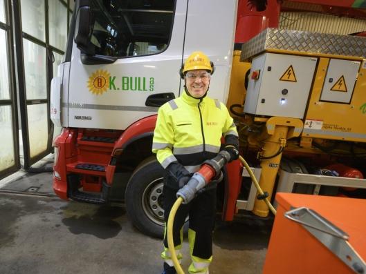 FREMTIDEN: Kent Bull er fornøyd med å endelig kunne ta i bruk den hybride pumpebilen på elektrisk drift for første gang.