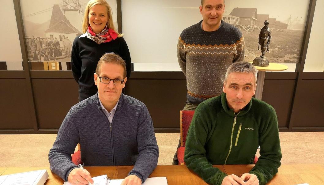 Fra signeringen. Foran fra venstre: Jan Morten Ertsaas (administrerende direktør i Store Norske Spitsbergen Kulkompani) og Svein Hov Skjelle (konserndirektør i Hæhre Entreprenør). Bak: Audhild Storbråten (prosjektleder) og Gudmund Løvli (leder for Miljøprosjekt Svea og Lunckefjell).