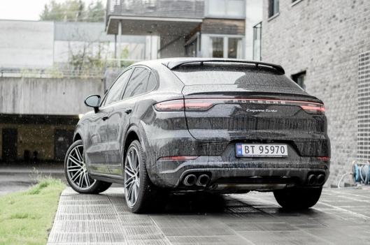 Porsche-logoen og fire avgassrør gir store forventninger, men kanskje også noe fordommer.