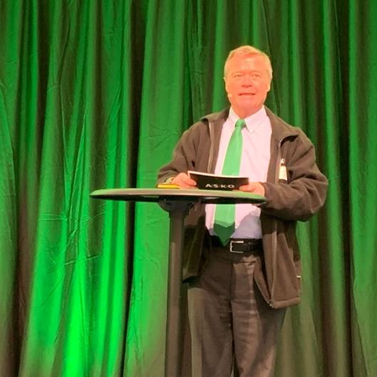 ENDELIG: Det var en stolt styreleder i Asko, Torbjørn Johansson, som endelig kunne klippe snora for selskapets første hydrogendrevne lastebiler.