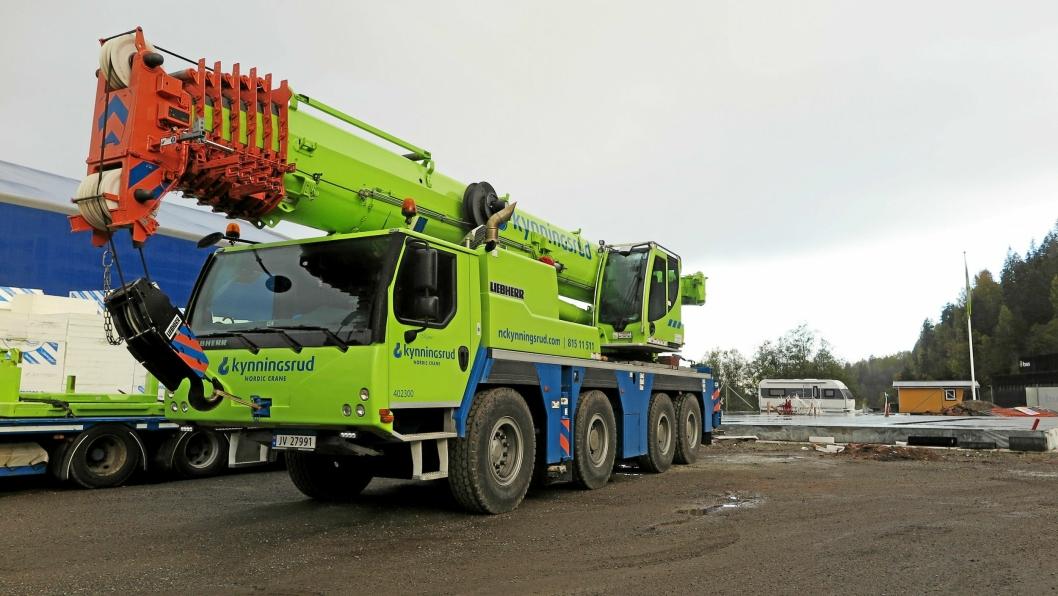 Bak den nye Liebherr-kranen skimtes ferdigstøpt fundament til kommende kontor- og verkstedbygg.
